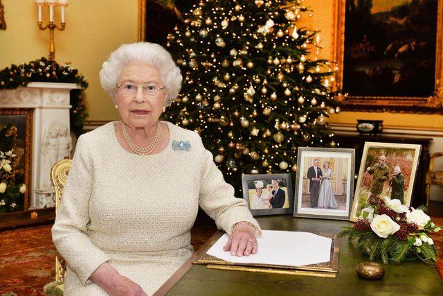 Take-a-Virtual-Tour-of-Buckingham-Palace's-Christmas-Decorations_55023830a_REX