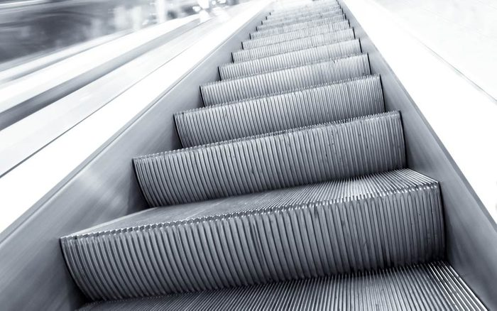 The-Real-Reason-Why-Escalator-Stairs-Have-Grooves_86605651_Vladitto-ft