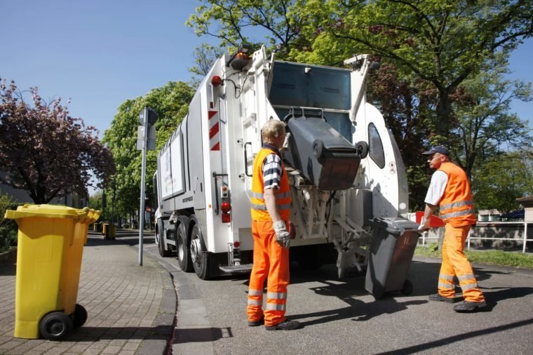 Refuse collection, rubbish bins from private households being emptied, Gelsendienste, Gelsenkirchens public utility company, North Rhine-Westphalia, Germany, Europe