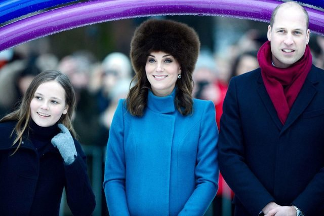 Why-Kate-Middleton-Can't-Take-Her-Coat-Off-in-Public_9351216j_SilverHubREX