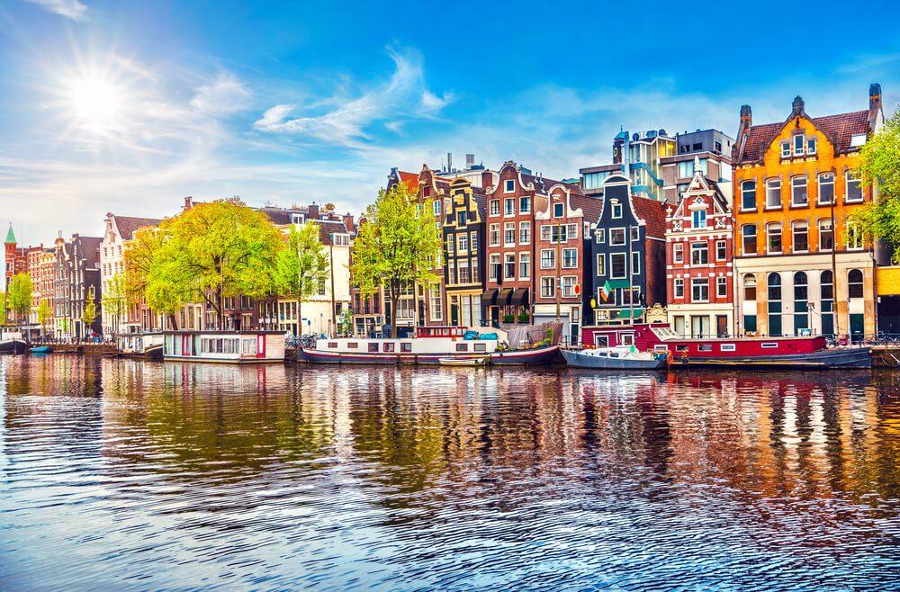 Амстердам Нидерланды танцуют дома над рекой Амстель в старом европейском городском весеннем пейзаже.