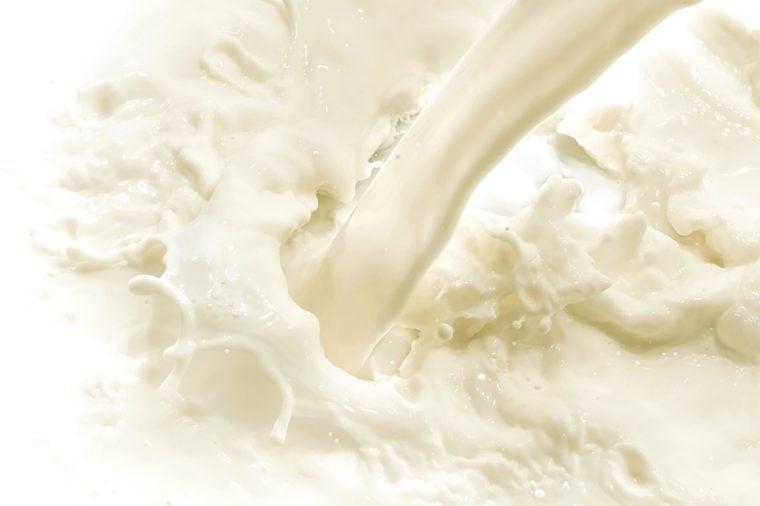 espirrando leite no fundo branco