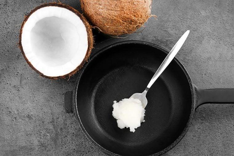 Colher com óleo de coco na frigideira