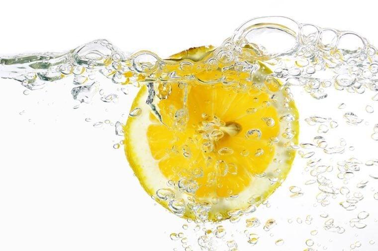 fatia de limão na água isolado cinza claro
