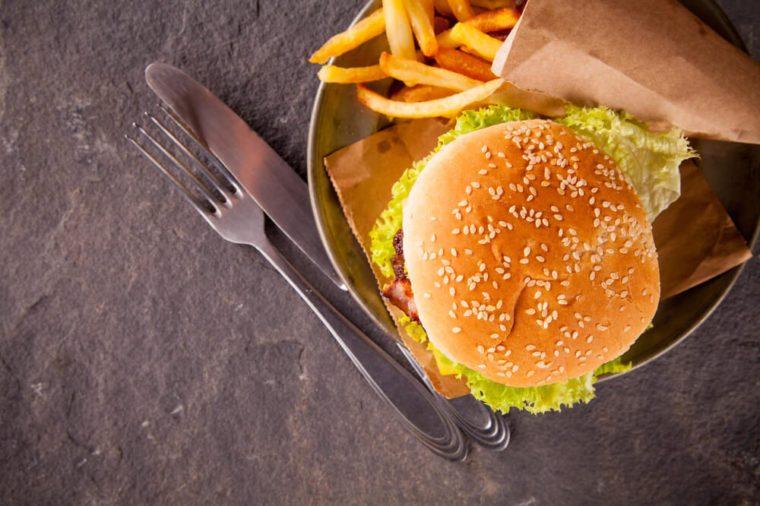 Frischer Hamburger auf Stein, Ansicht von der Spitze