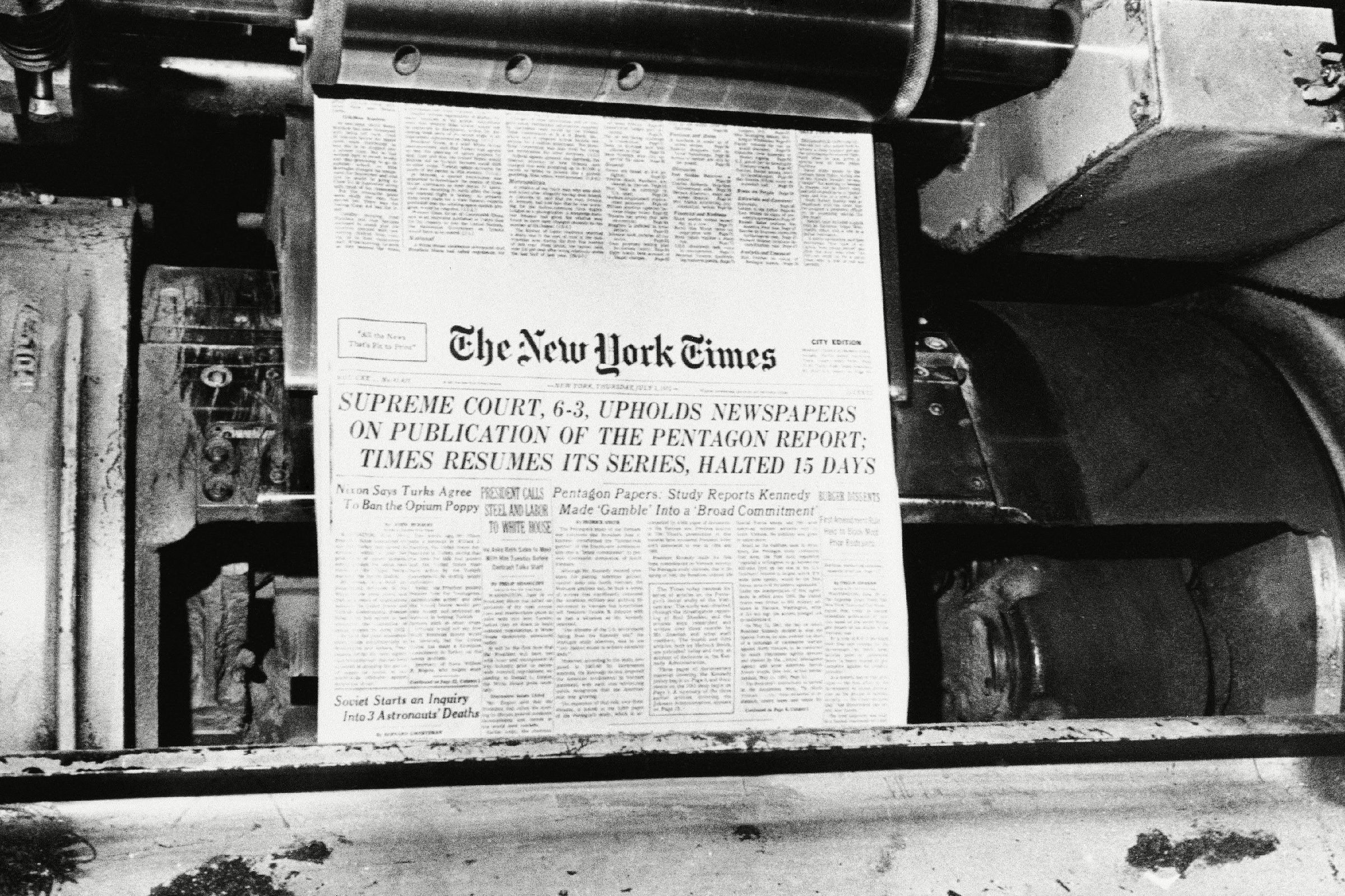 The New York Times resumed publication of its series of articles based on the secret Pentagon papers in its edition, after it was given the green light by the U.S. Supreme Court