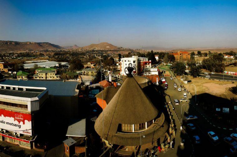 Cửa hàng lưu niệm dưới hình thức chiếc mũ Basotho truyền thống hay còn gọi là mokorotlo 28.08.2013 Maseru, Lesotho