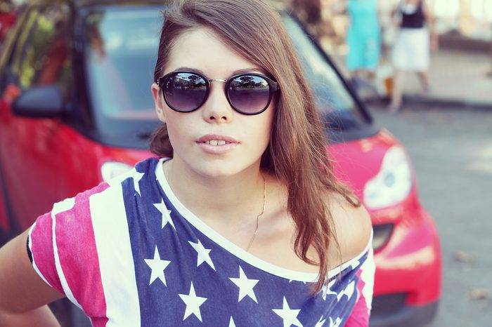 girl in a T-shirt with the American flag on a walk in the city