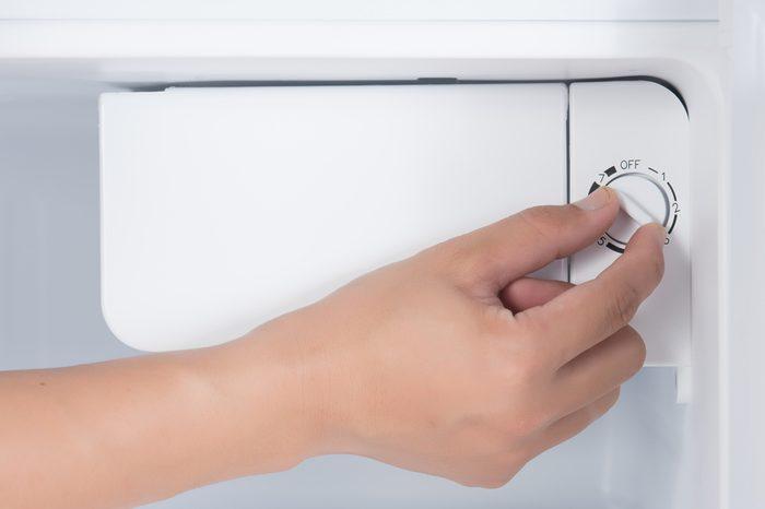 Hand rotate temperature adjuster of refrigerator