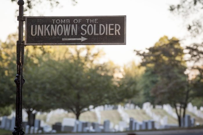 A directional sign leading to the Tomb of the Unknown Soldier in Arlington National Cemetery.