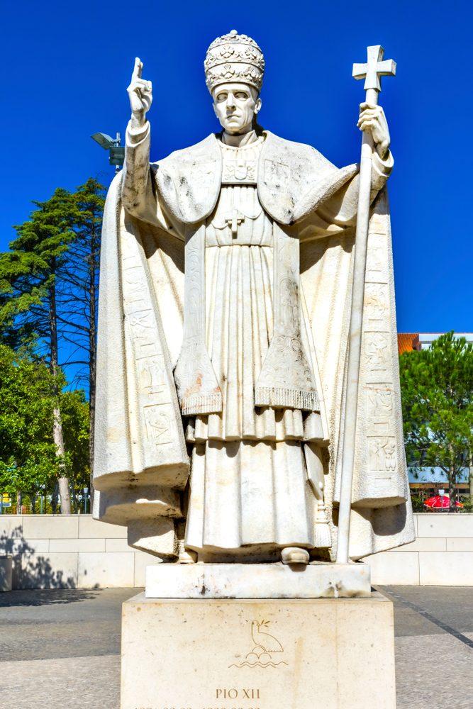 pope pio XII statue