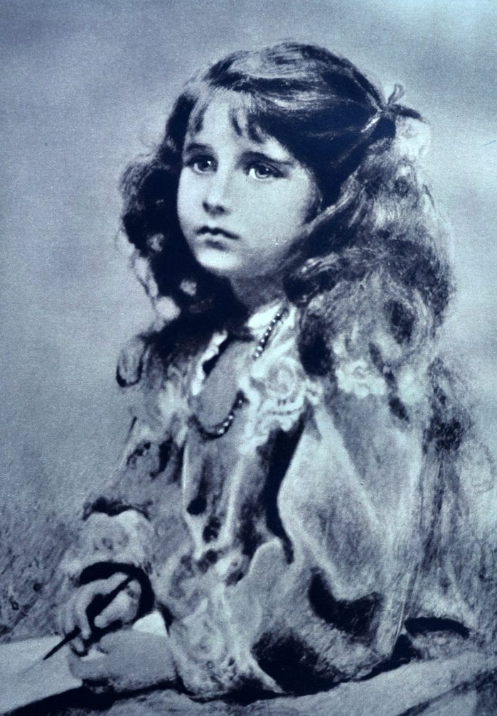 VARIOUS Elizabeth Bowes-Lyon (later, the Duchess of York and then Queen Elizabeth) as a young girl, born in 1900, this picture was taken when she was 6 years old.