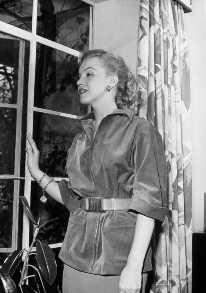 VARIOUS MARILYN MONROE, PEERING OU OF WINDOW - 1950