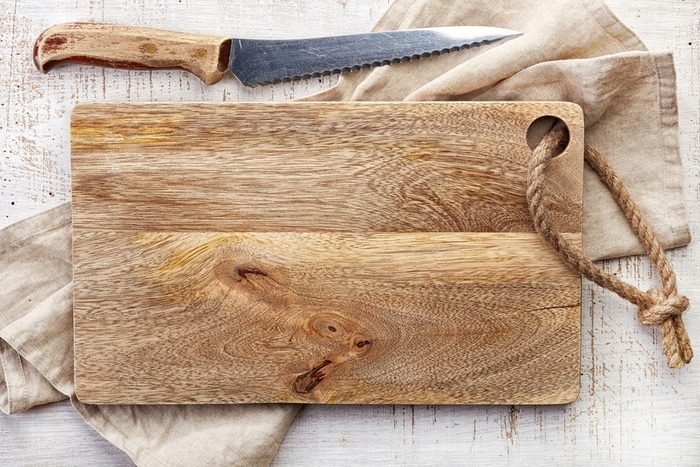 White vinegar uses wooden cutting board