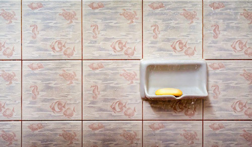 Using vinegar to clean ceramic tile