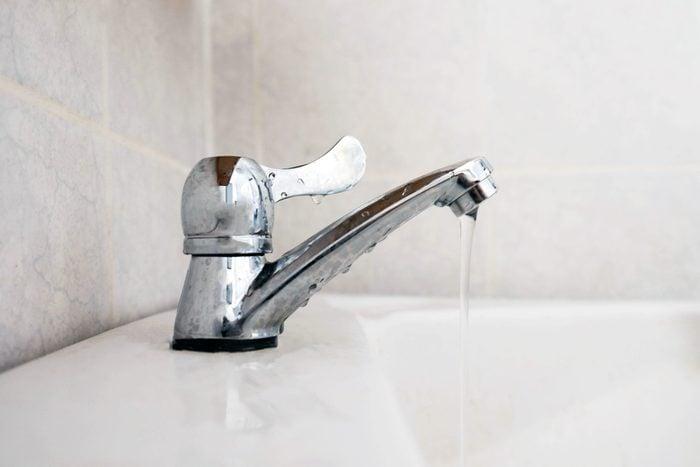Using vinegar to clean sinks and bathtubs