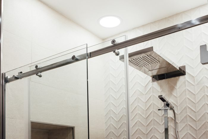 Using vinegar to clean shower doors