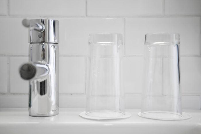 Using vinegar to clean rinse cup teeth brushing cup