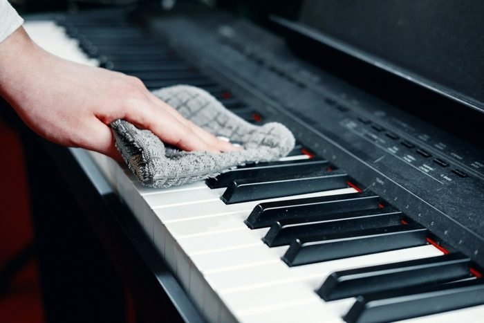 White vinegar uses clean piano