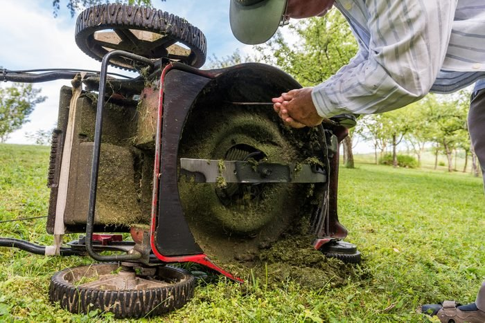 White vinegar for cleaning lawn mower blades