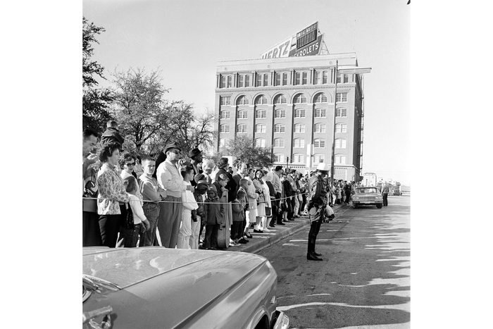 People trying to see Lee Harvey Oswald in front of jail
