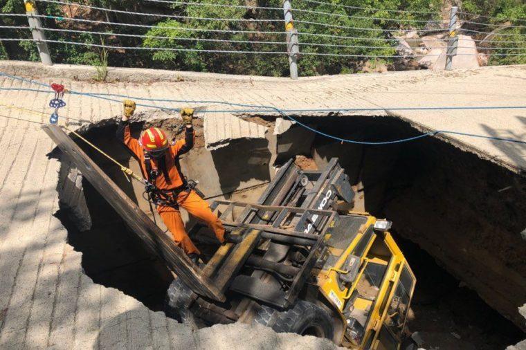 Forklift falls into sinkhole in Uijeongbu, Korea - 05 Sep 2018