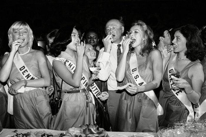1981 Miss Universe contestants eat buffet