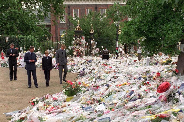 PRINCE CHARLES, PRINCE WILLIAM AND PRINCE HARRY VIEWING FLORAL TRIBUTES AFTER DEATH OF PRINCESS DIANA, KENSINGTON PALACE, LONDON, BRITAIN - 1997