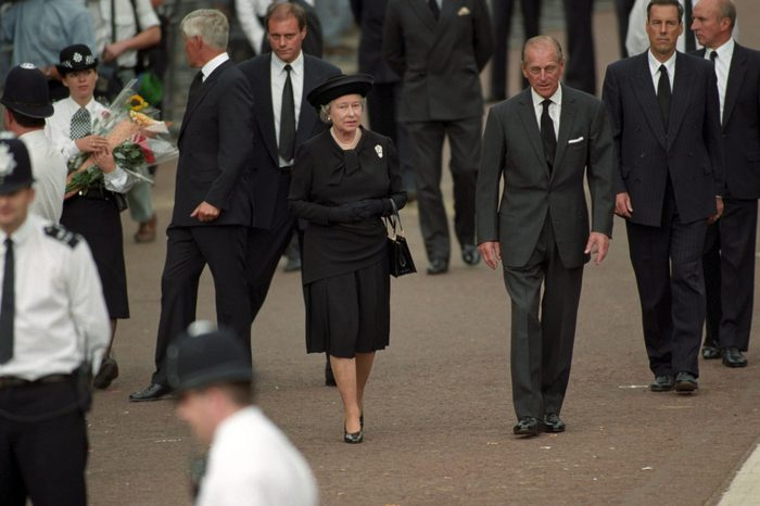 QUEEN ELIZABETH II AND PRINCE PHILIP VIEWING FLORAL TRIBUTES AFTER DEATH OF PRINCESS DIANA, BUCKINGHAM PALACE, LONDON, BRITAIN - 1997