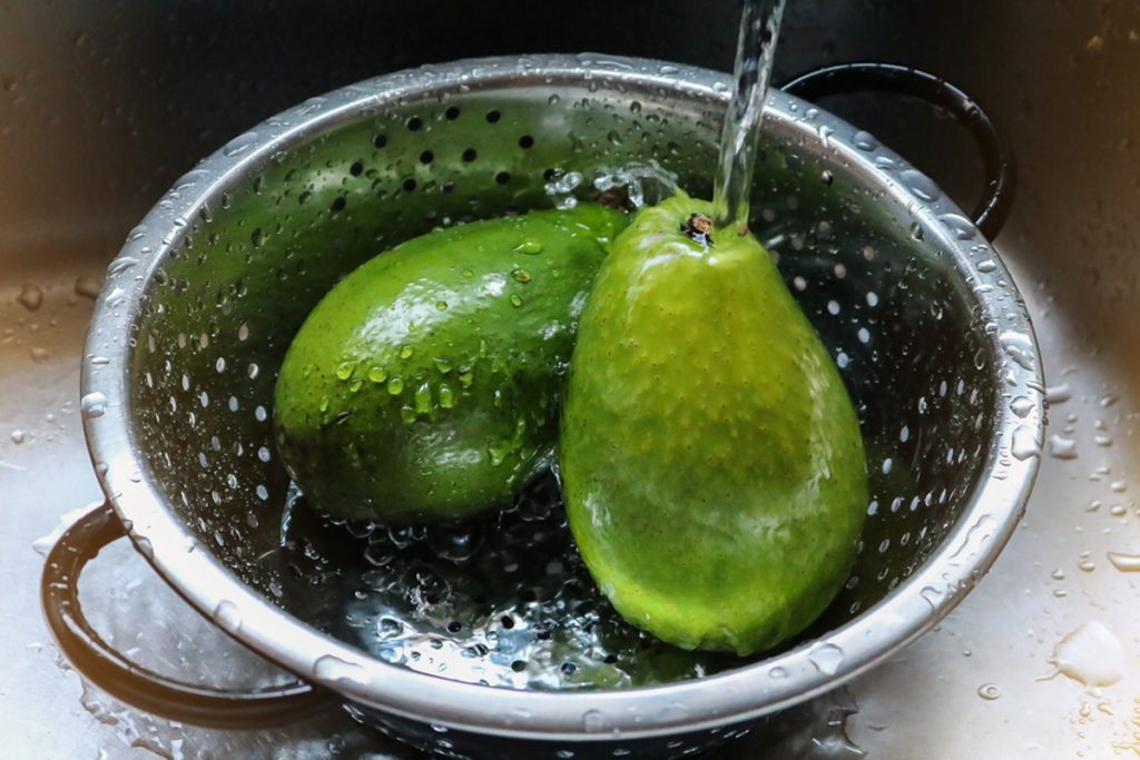 how to wash avocados under running water in a colander