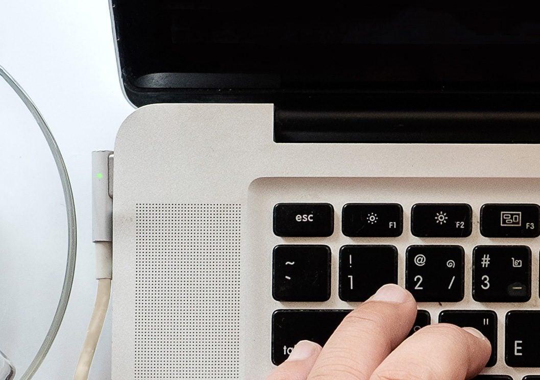 mac laptop charging