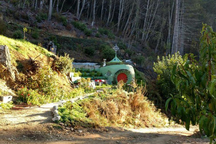 15_An-underground-Hobbit-Hole-in-the-Redwoods