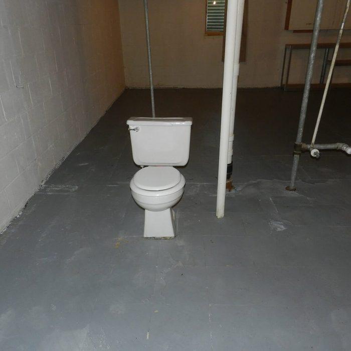 Lone-Toilet