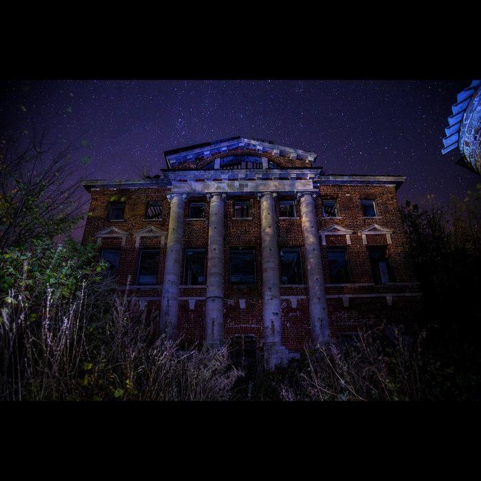 Abandoned-Kostrovs-Manor-at-Kasimov-Ryazan-region-on-background-of-starry-night