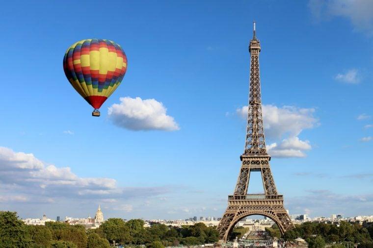 Eiffelova veža s teplovzdušným balónom