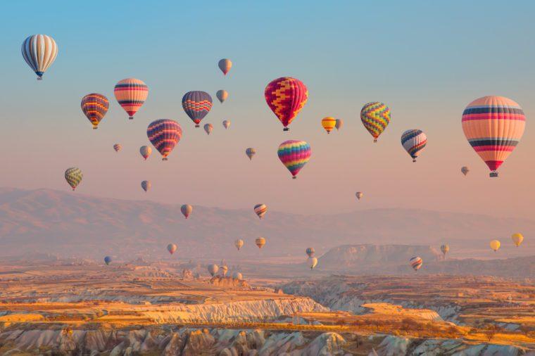 Horkovzdušný balón lietajúci nad veľkolepou Kappadokiou