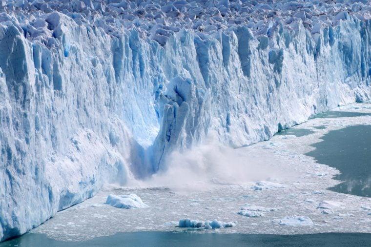 Ľadové otelenie ľadu s masívnymi ľadovými čiernymi zrážkami do vody - 2018