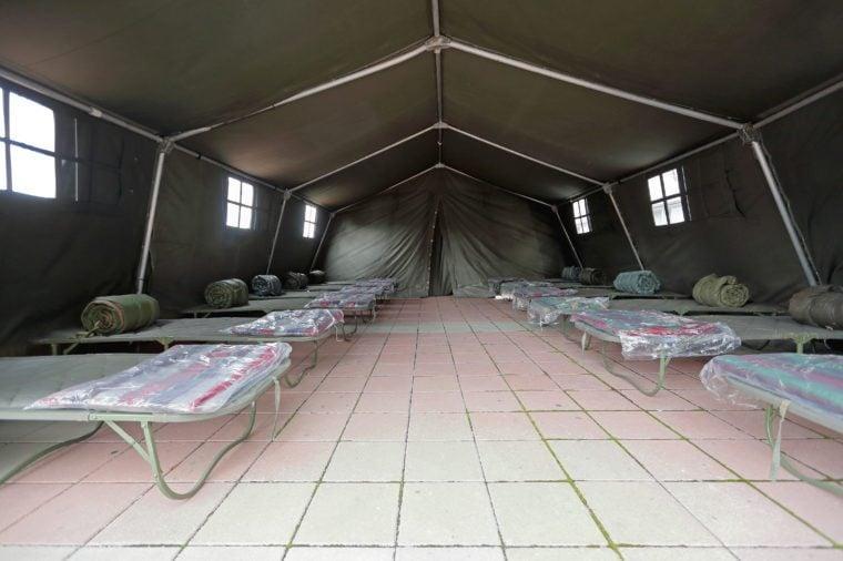 Prístrešok s dočasnými posteľami pripravenými na úkryt pre katastrofy