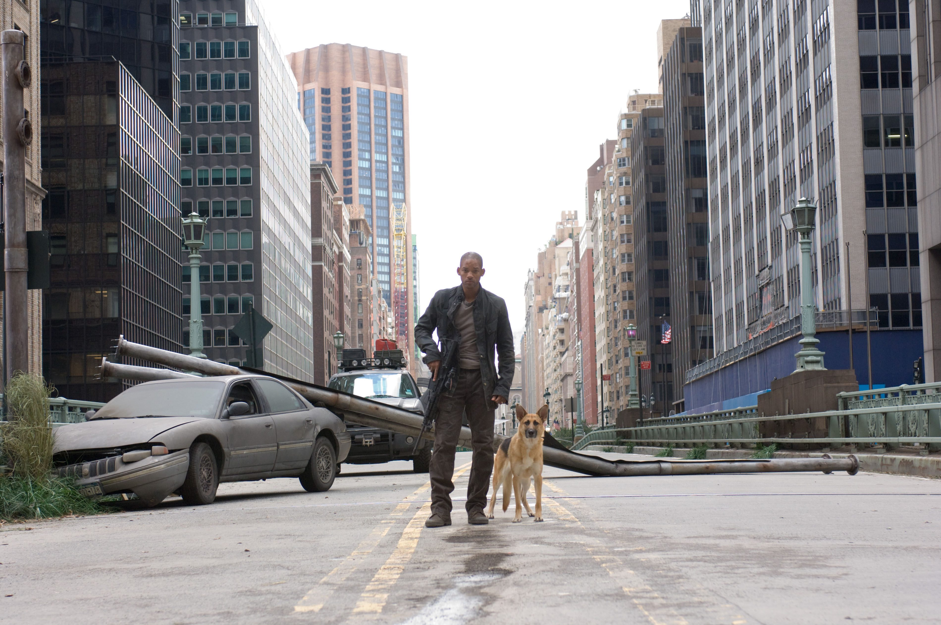 Editorial use only. No book cover usage. Mandatory Credit: Photo by Warner Bros/Kobal/Shutterstock (5883753d) Will Smith I Am Legend - 2007 Director: Francis Lawrence Warner Bros. USA Film Portrait Scifi Je suis une légende