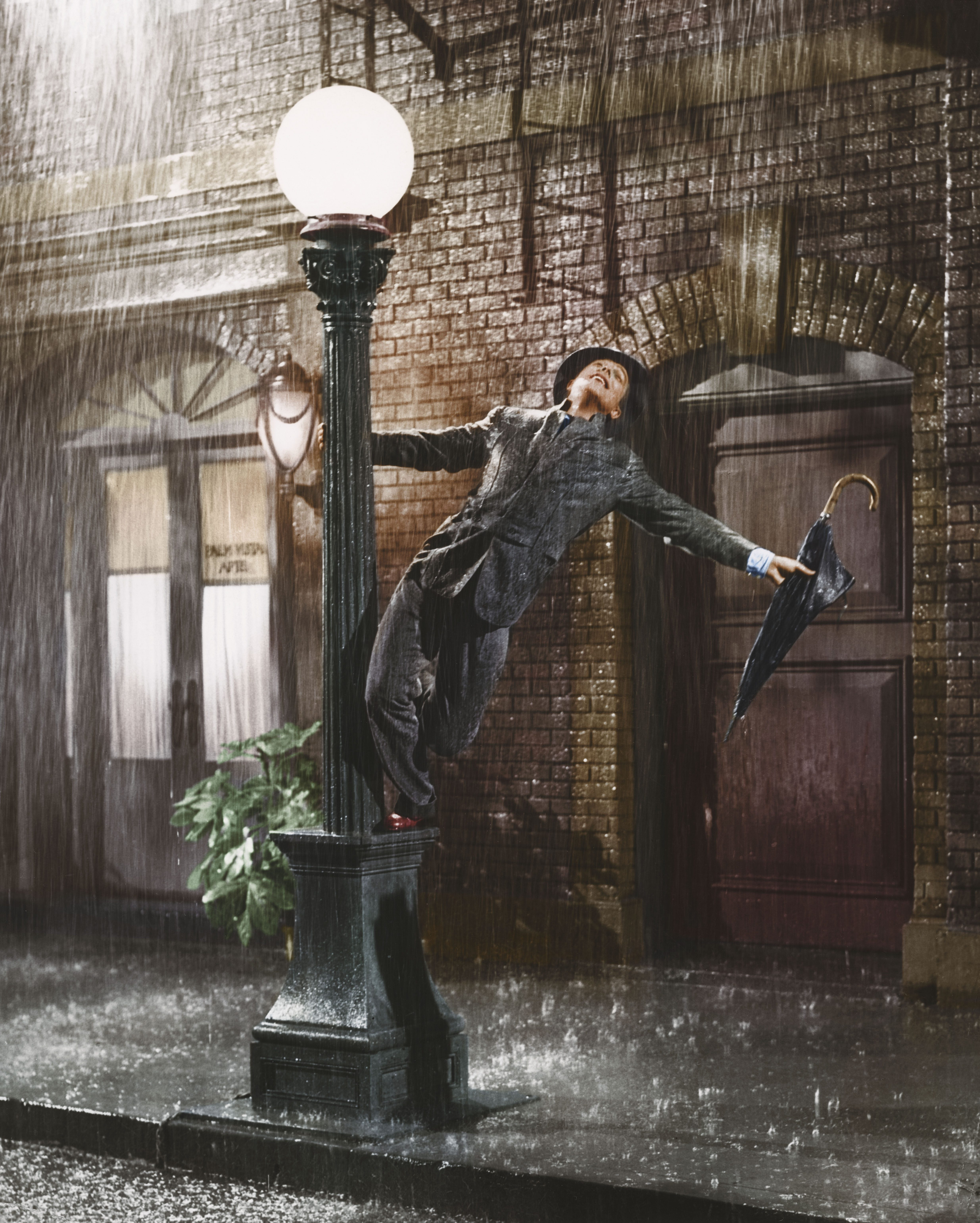 Editorial use only. No book cover usage. Mandatory Credit: Photo by Mgm/Kobal/Shutterstock (5886064j) Gene Kelly Singin' In The Rain - 1952 Director: Gene Kelly / Stanley Donen MGM USA Scene Still Musical Singing In The Rain Chantons sous la pluie
