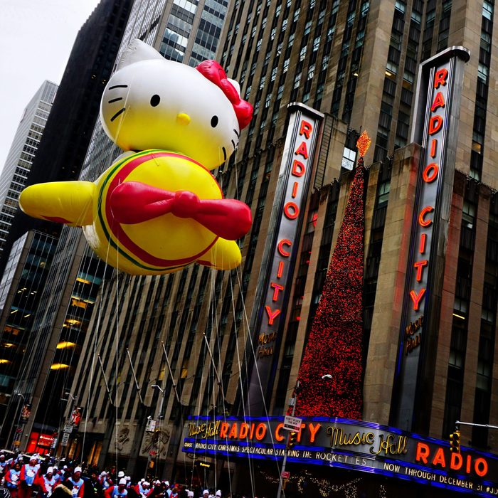 hello kitty parade float thanksgiving balloon macy's