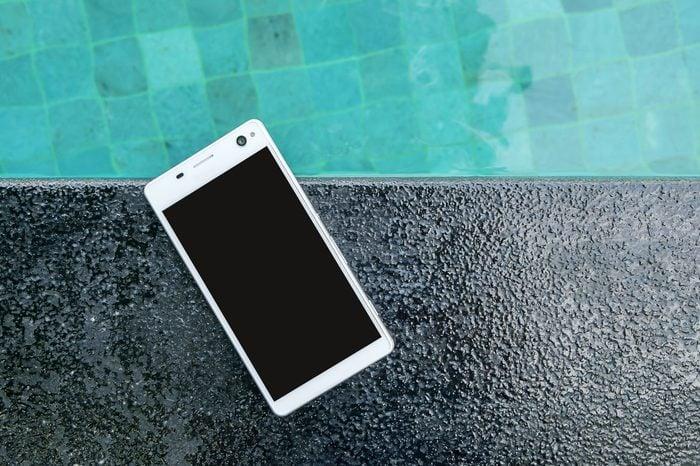 Smartphone put on edge the pool.