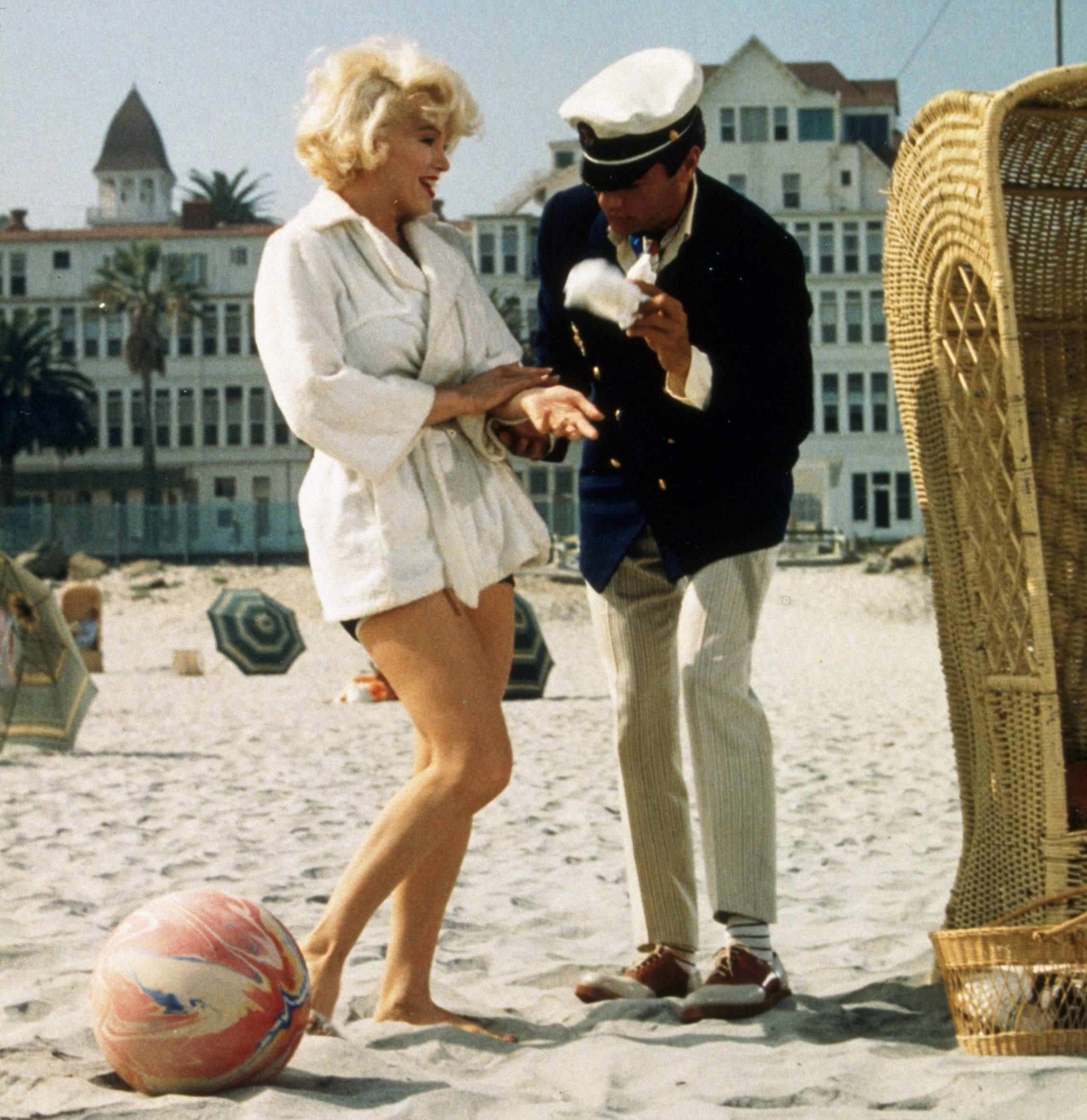 Editorial use only Mandatory Credit: Photo by Snap/Shutterstock (390878gr) FILM STILLS OF 'SOME LIKE IT HOT', MARILYN MONROE AND TONY CURTIS - 1959 Various