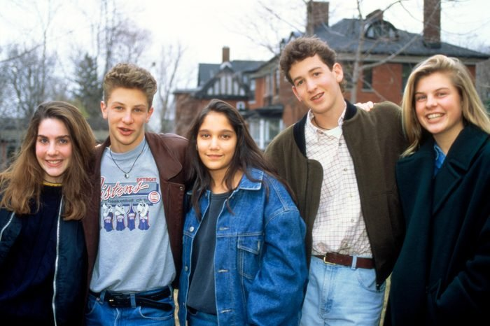 1990s GROUP PORTRAIT OF TWO TEENAGE BOYS AND THREE TEENAGE GIRLS LOOKING AT CAMERA
