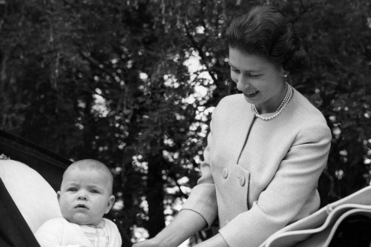 queen elizabeth and baby breastfeed