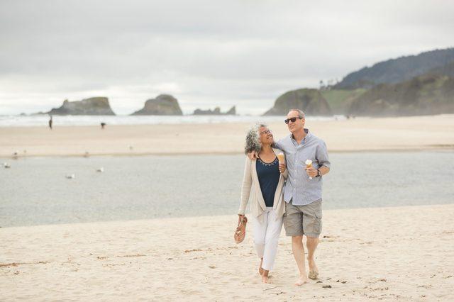 couple love romantic towns cannon beach oregon ice cream