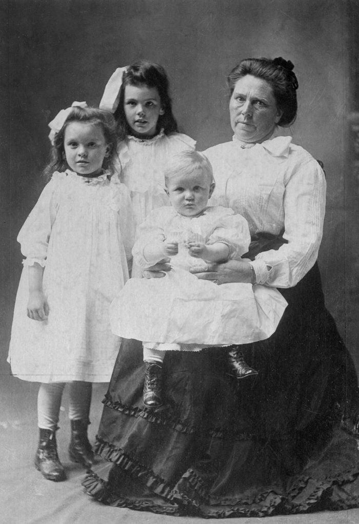 Murder Suspect Belle Gunness with Her Children