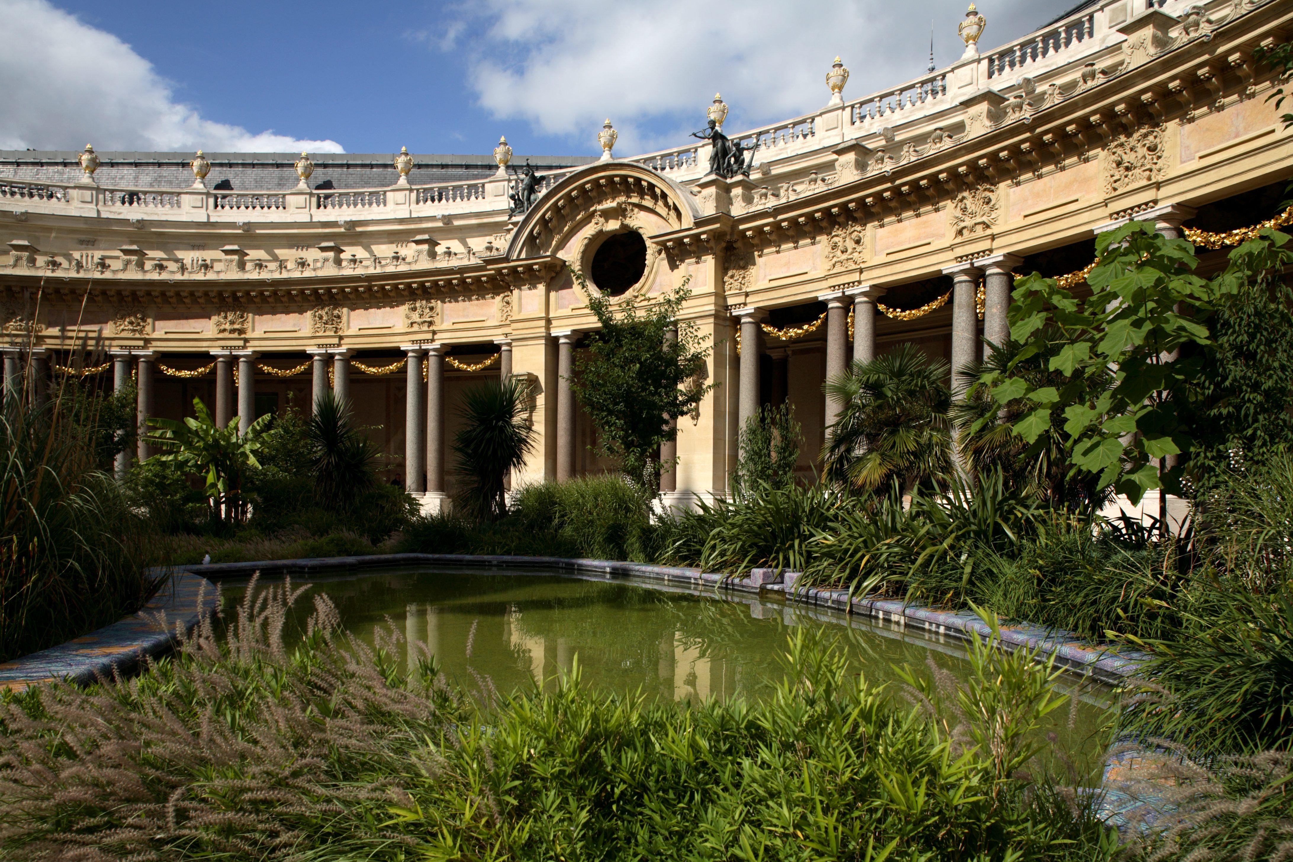 Garden and semi-circular courtyard of Petit Palais, now housing City of Paris Museum of Fine Arts.