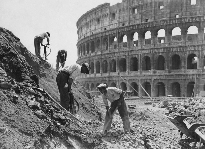 Workers building via dell'Impero in Rome