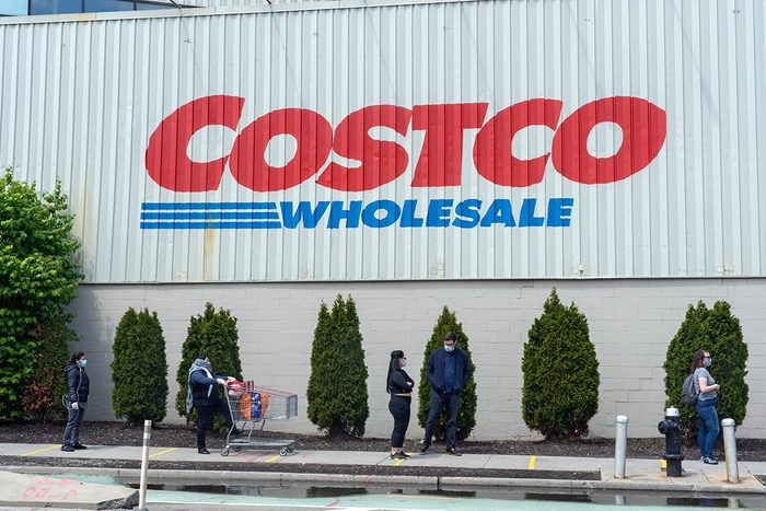 NEW YORK, UNITED STATES - APRIL 25, 2020: People wait in a queue outside the Long Island City Costco store during the coronavirus crisis in New York City.- PHOTOGRAPH BY Ron Adar / Echoes Wire/ Barcroft Studios / Future Publishing (Photo credit should read Ron Adar / Echoes Wire/Barcroft Media via Getty Images)
